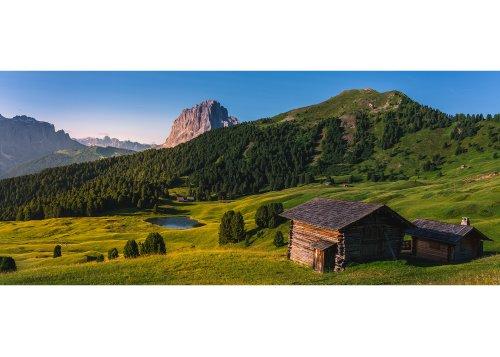 Almhütten auf der Seceda (2519m) gegen Sellagruppe und Langkofel (Sassolungo 3181m) im Morgenlicht, St. Ulrich in Gröden, Grödnertal, Val Gardena, Provinz Bozen, Trentino-Südtirol, Italien