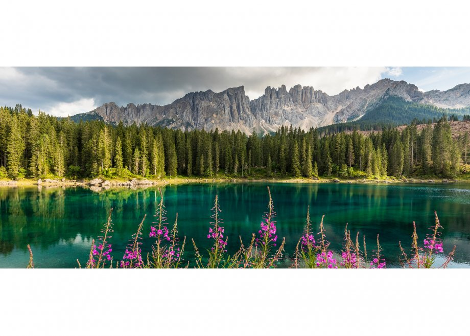 Karersee gegen Latemar (2842m), Eggental, Provinz Bozen, Trentino-Südtirol, Italien